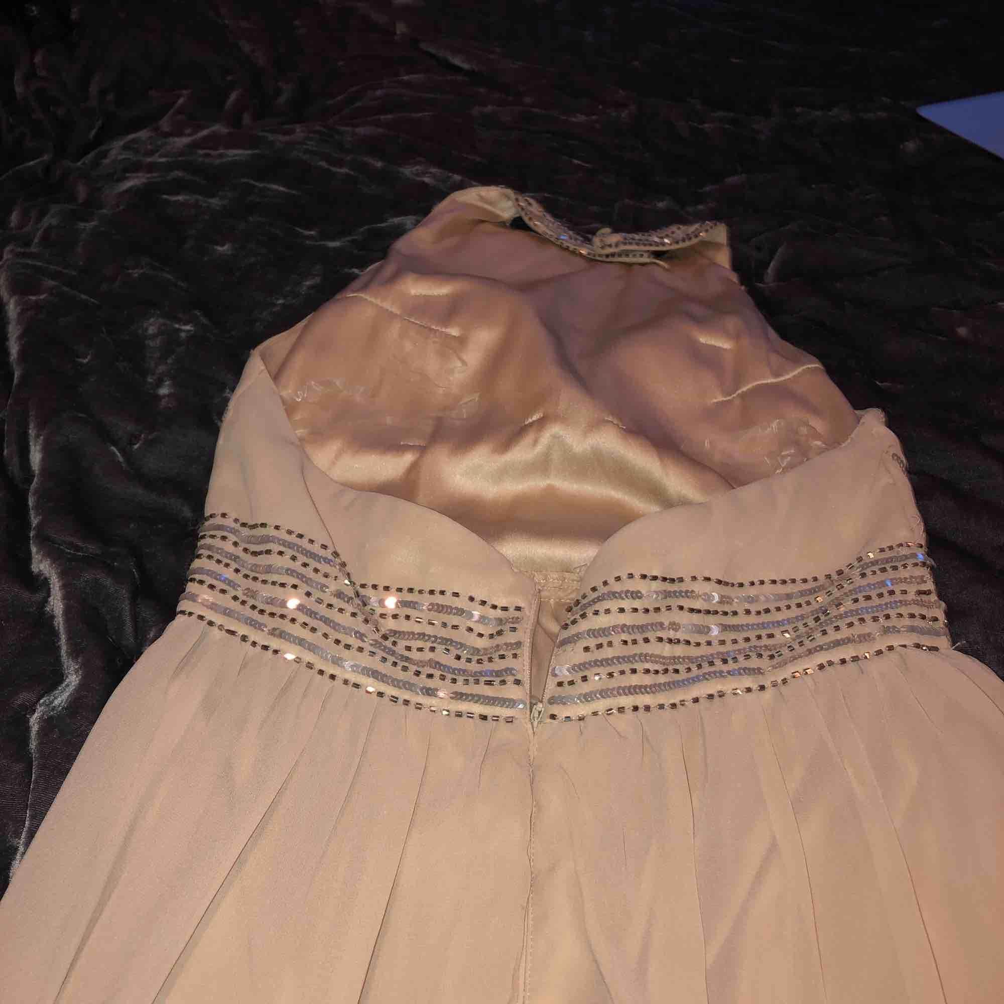 Beige balklänning, använd en gång, fint skick med paljettdetaljer.. Klänningar.