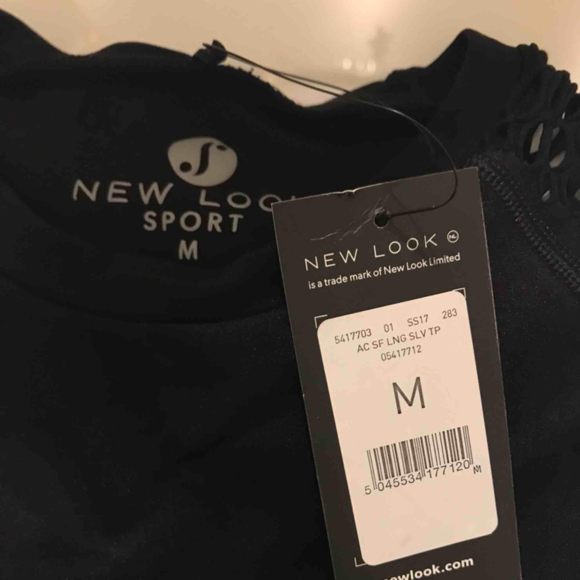 Croppad tröja i träningsmaterial med nät på armarna, aldrig använd med prislappen kvar!!! Köpare står för frakt<3. Toppar.