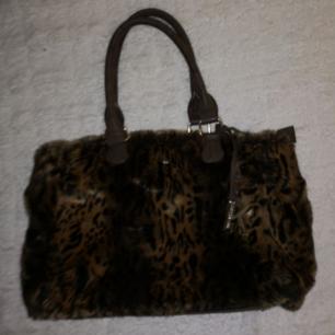 Riktigt snygg handväska i leopard pälsimitation från det spanska märket Matrina K i fint skick förutom två fläckar i bottnen som går bort med vätt. Köptes för omkring 400 kr. Frakt tillkommer vid köp🖤