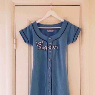 Snygg och orginell klänning från USA i baseball modell. Riktig pärla! ✨ kolla gärna in mina andra annonser för paketpris!