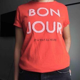 En röd tröja med rosa text på. Använd endast 2ggr! Från märket Soaked