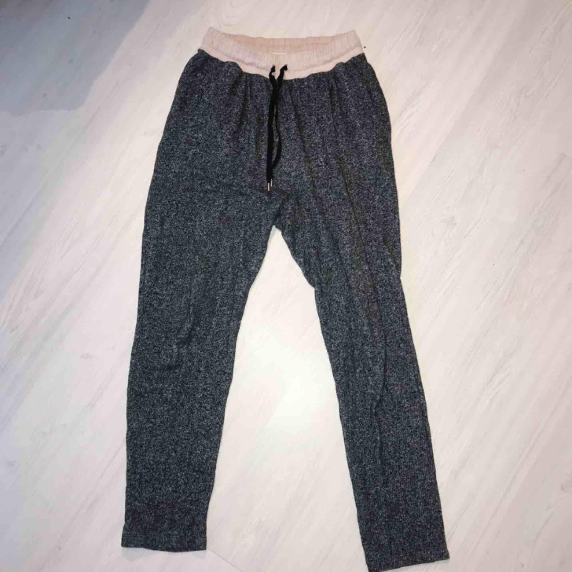 Sköna gråa mjukisbyxor från H&M i normalt skick! 🌟 frakt på 55 kr tillkommer. Jeans & Byxor.