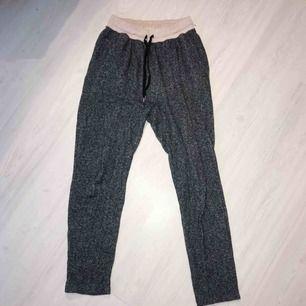 Sköna gråa mjukisbyxor från H&M i normalt skick! 🌟 frakt på 55 kr tillkommer