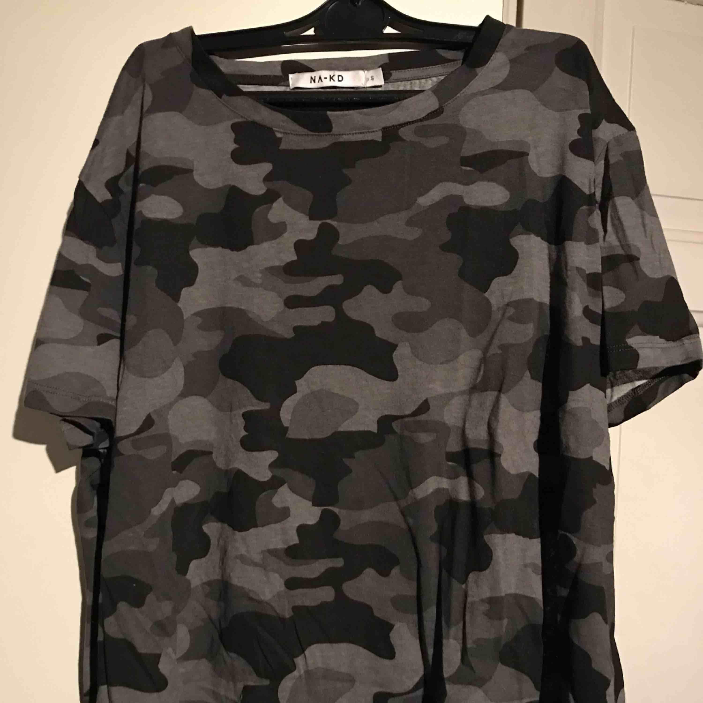Superfin t-shirt som jag köpte i somras men tycker inte den passar på mig! Storlek S men passar bra på M också då den är  oversized🌹. T-shirts.