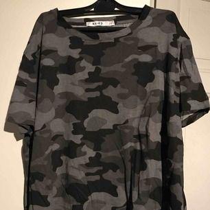 Superfin t-shirt som jag köpte i somras men tycker inte den passar på mig! Storlek S men passar bra på M också då den är  oversized🌹