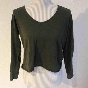 Grön kort t-shirt tröja från Mango! Ganska tunn i materialet. Frakt på 30 kr tillkommer