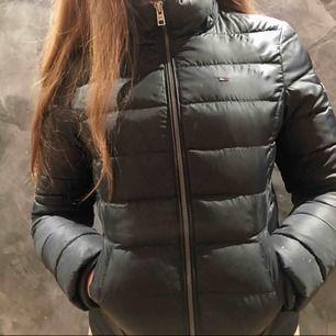Nu säljer jag en av mina gamla favorit jackor. Den köptes förra vintern så den är andvänd men väldigt sparsamt. nypris kostade den 2200 så jag har sänkt priset mycket.Skriv för mer information o bilder!
