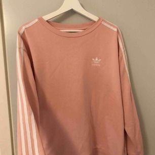 Adidas tröja i ljus/baby rosa köpt på Jolina i Borås. Nypris 650kr. Storleken är oversized. Kan mötas i Borås eller skicka mot fraktkostnad.