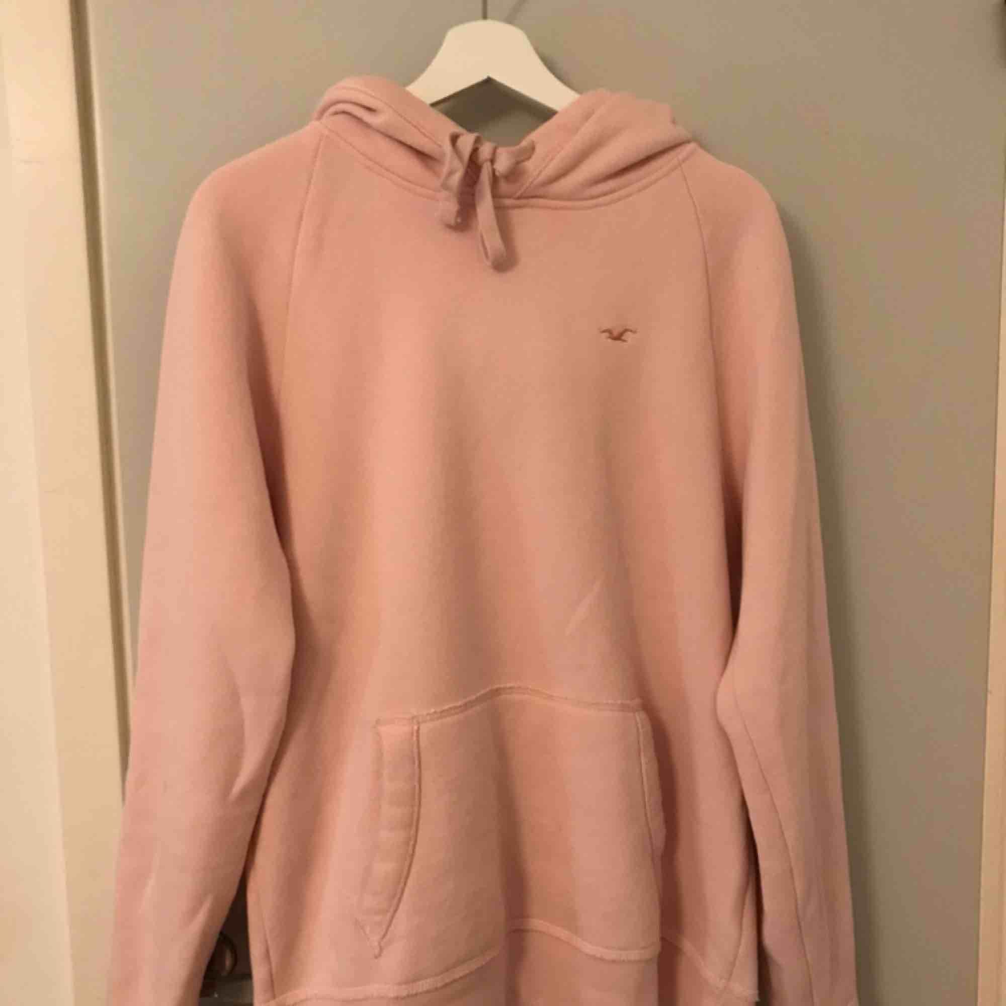 Hoodie från hollister i ljus/baby rosa i storlek S men passar även M. Kan mötas i Borås eller frakta mot fraktkostnad. . Huvtröjor & Träningströjor.