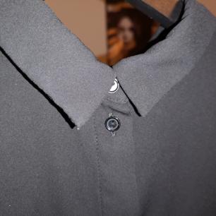 Enkel, snygg svart skjorta från Monki. I gott begagnat skick! Passar vid allllla tillfällen skulle jag säga :)