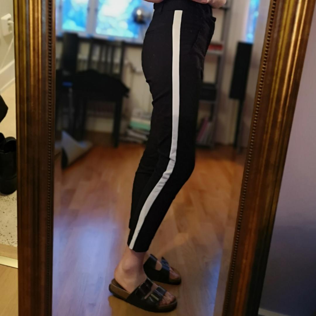 Svarta byxor med vit rand (som man ju ser på bilderna hahah) från Vero Moda, lite