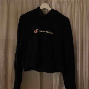 En croppad ( inte så kort ) champion hoodie. Skitsnygg oversized på en S/M då den är en XL egentligen. Den går lite längre ner än midjan så den är inte kort, perfekt till jeans eller att ha hemma att mysa i, inga slitningar eller liknande:))