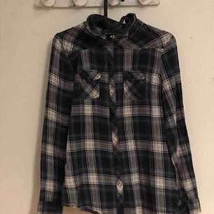 Flanellskjorta från h&m. Säljer då den är för liten på mig (är 172cm)  Frakt ingår i priset, jag ansvarar inte för om posten slavar bort paketet.