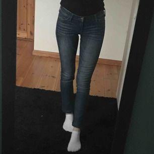 Äkta crocker-jeans som säljs då jag ej använder dem. Benen har sytts upp för att de var för långa (jag är 172cm) bra skick. Orginalpris ca 700kr Frakt ingår i priset, jag står inte för om posten slarvar bort paketet.