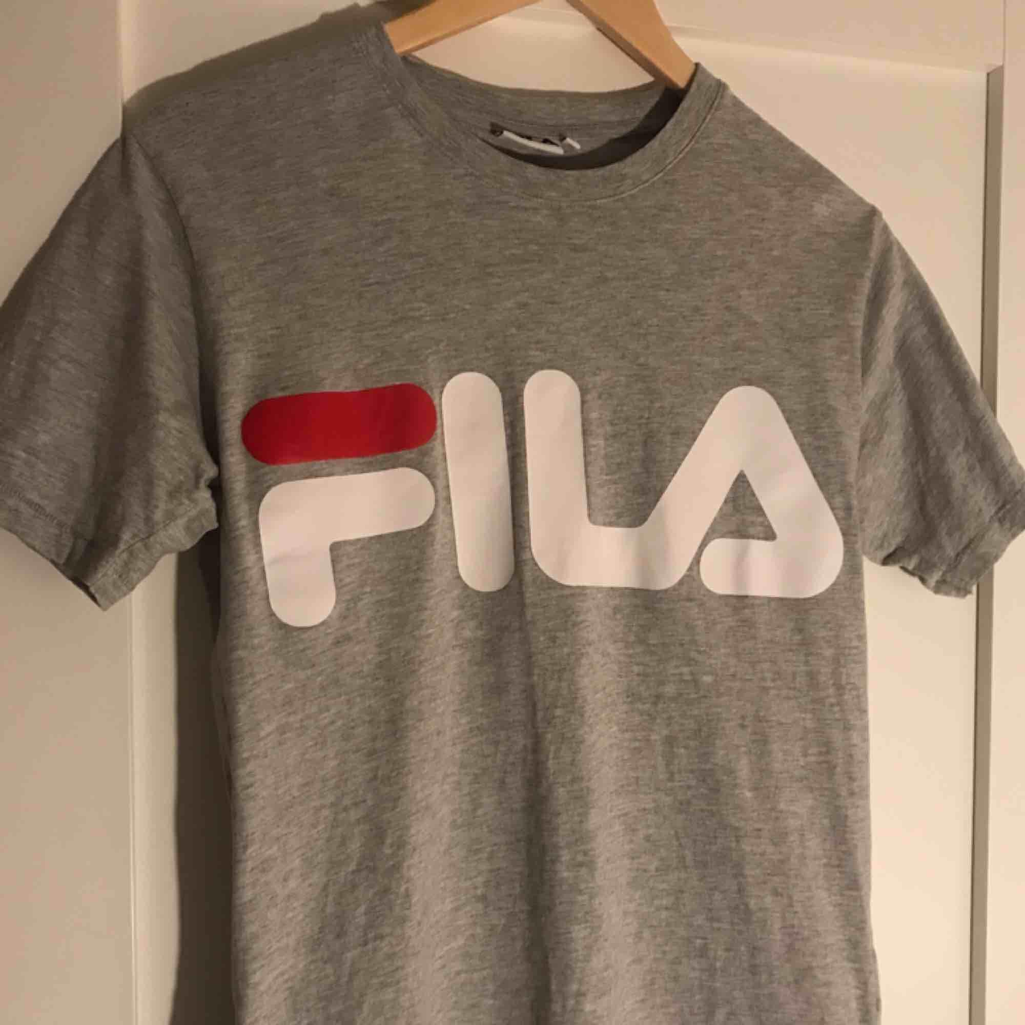 En fin Fila tröja, grå som är använd få gånger. Frakt tillkommer💌💌. T-shirts.