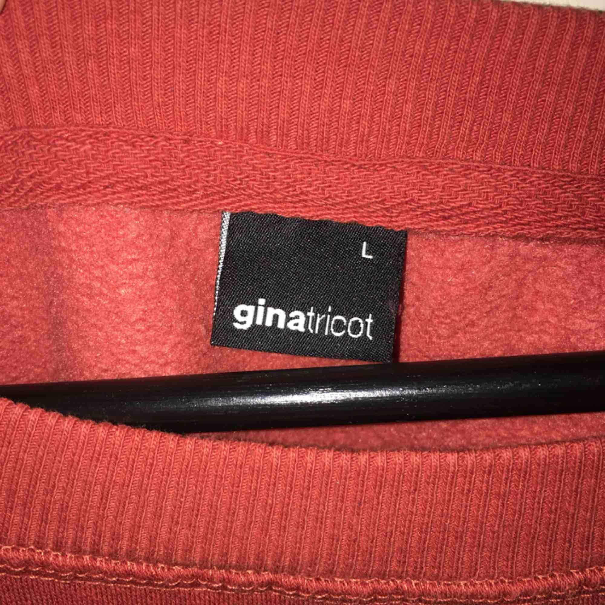 Orange tjocktröja från Gina Tricot. Strl L. Pris 50kr.. Huvtröjor & Träningströjor.