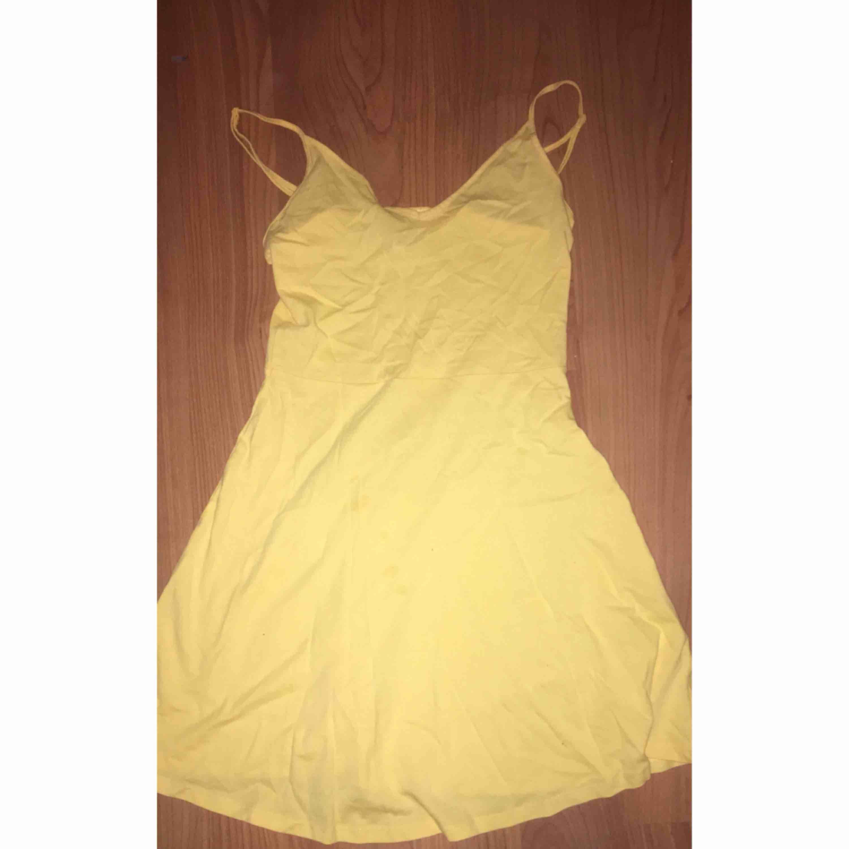 65a4e111b5bf en gul tunn klänning från H&M använd en gång. 80 kr plus frakt. Klänningar