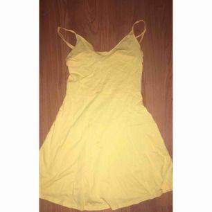 en gul tunn klänning från H&M använd en gång. 80 kr plus frakt