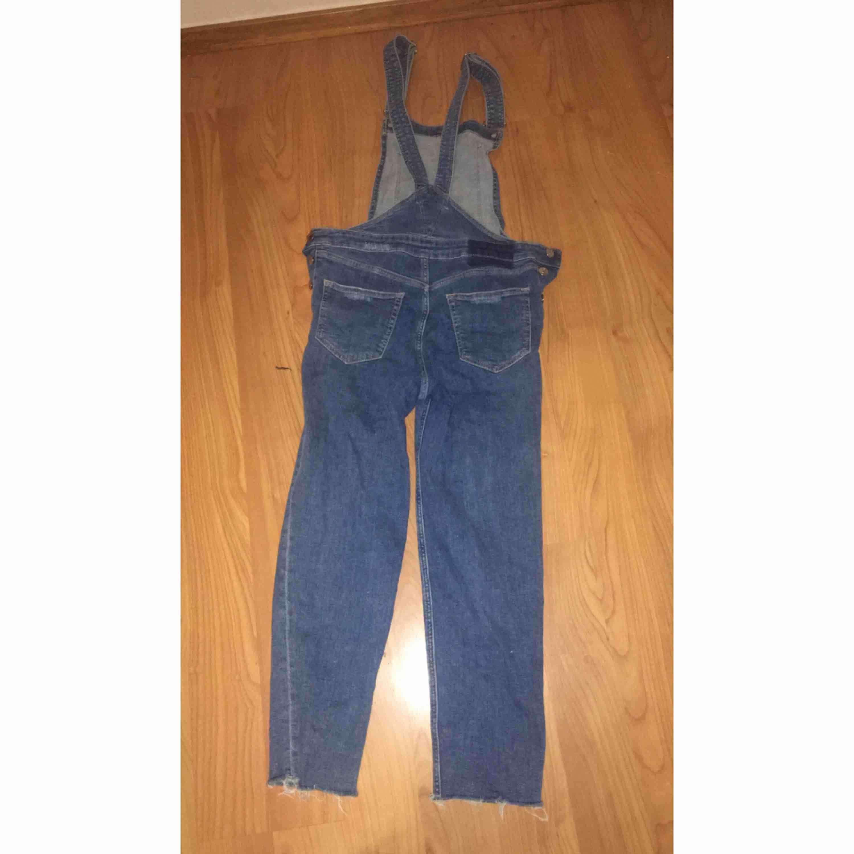 jeans byxdresss fån H&M, köpt för ungefär två år sedan men är i bra skick. 100kr plus frakt. Jeans & Byxor.