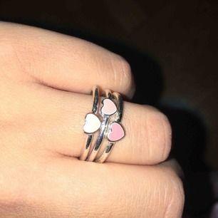 """Tre separata ringar i samma """"serie"""" en vit, en ljusrosa och en lite mörkare rosa. Oanvända"""