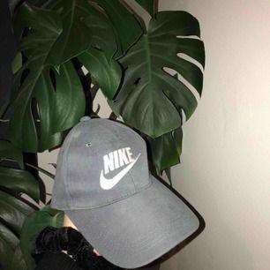Nikekeps som inte används, finns en liten blekt fläck som syns på bilden. Köpare står för frakt