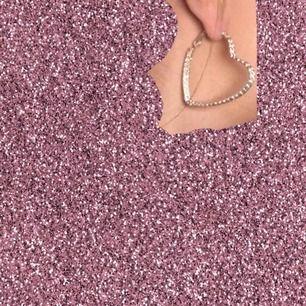 Oanvända örhängen i silver formade som hjärtan!