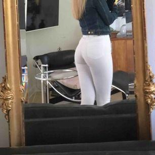 Ett par jätte fina vita högmidjade jeans ifrån topshop i stl 25/30. Sitter jätte bra i rumpan, tyvärr använder jag så sällan vita jeans men hoppas någon annan får användning för dem. Köparen står för frakten som ligger på 60 kr. Jag tar emot swish🤗