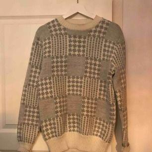 Stickad tröja, köpt på beyond retro outlet. Bra skick och väldigt varm!!