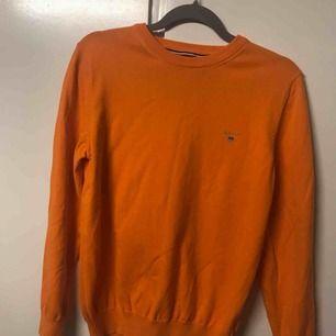 Orange tröja från Gant. Bra kvalité och bara använd ett fåtal gånger. Köparen står för frakten.