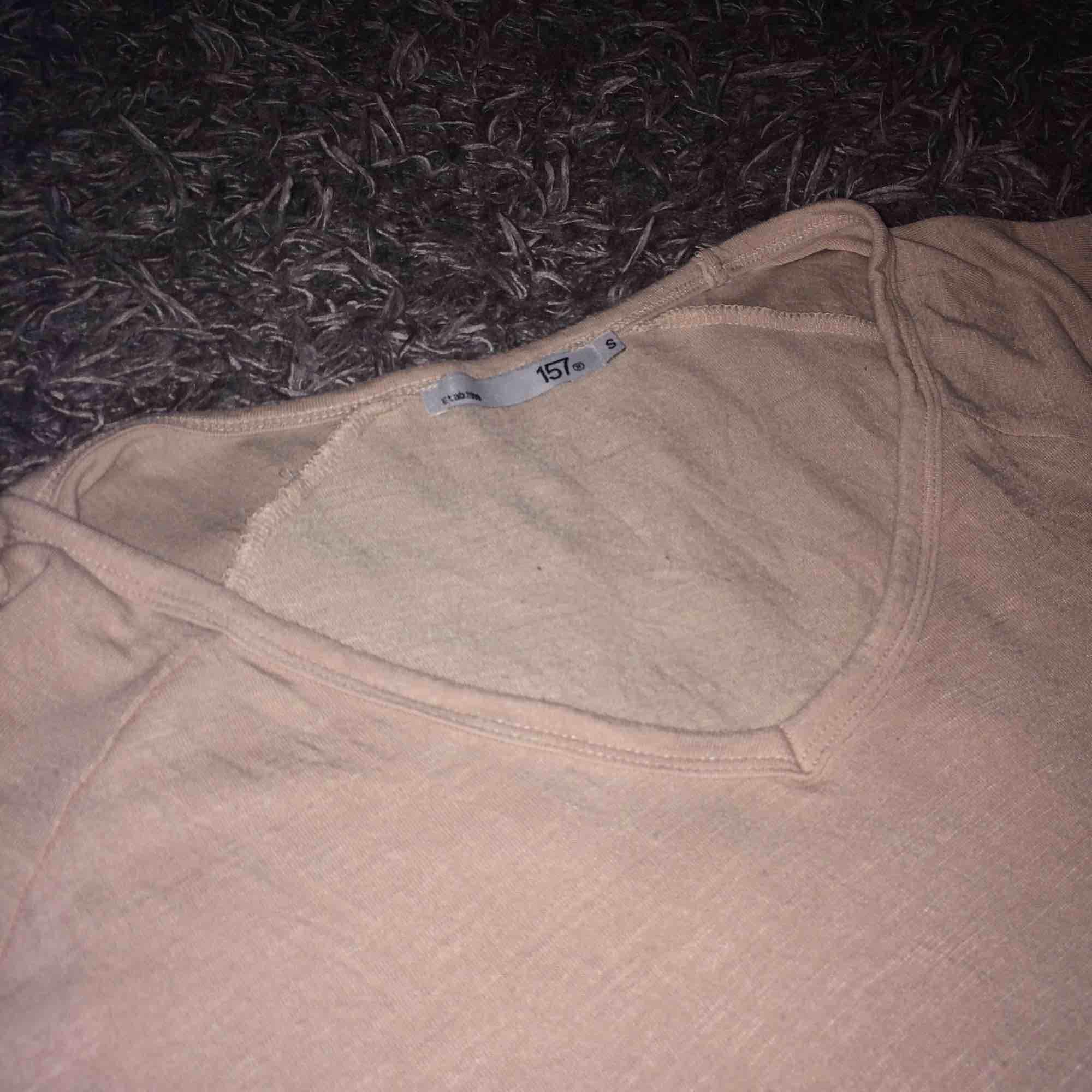 Snygg rosa T-shirt från Lager 157. Använd men är i väldigt bra skick. Säljs pga att jag inte använder den och att den inte riktigt är min stil. Köparen står för eventuell frakt ❤️. T-shirts.