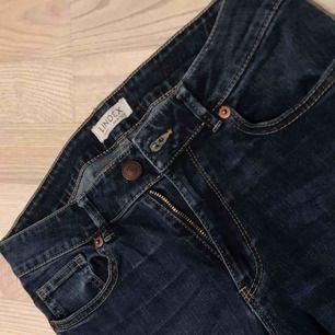Mörkblå bootcut jeans, köpare står för frakt🤩