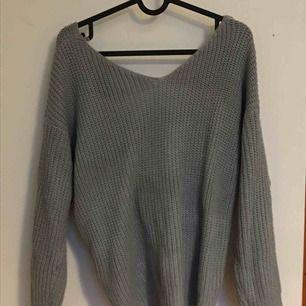 Fin, stickad tröja som är lite öppen i ryggen. Använd en gång och säljs för att den inte längre används Frakt ingår i priset