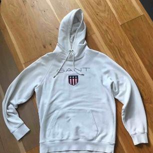 Vit Gant hoodie i storlek L (passar M bra med). Bra skick och och bekväm (ena snöret är lite slitet, men för att ta ut om det vore så).