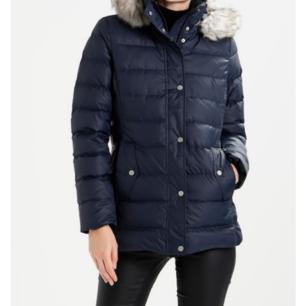 Hej jag säljer en Tommy Hilfiger XS  * Tommy Hilfiger Tyra down coat * heter den  Den är jättefin skick använd ca två gånger men då fick jag en ny jacka  - finns M och XS