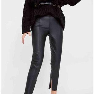 Faux läderleggings från Zara, helt nya och oanvända. Säljes endast pga köpt fel storlek, SUPERfina irl.