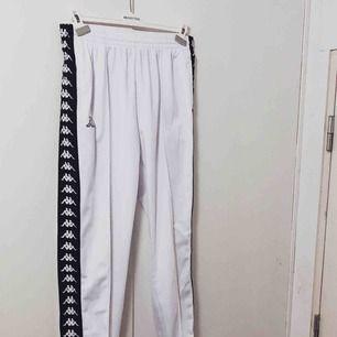 Säljer mina älskade kappa byxor pågrund av att dem är för små i storleken för mig. Trots att dem är XL så är dem väldigt små i storlek, så tror att en person som vanligtvis har Large borde kunna ha dem! Möts upp i Stockholm.