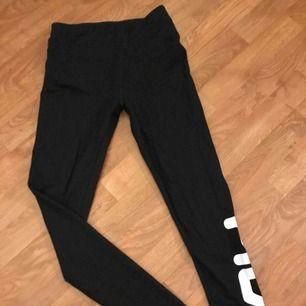 Helt nya Fila leggings, aldrig använda! Har endast klippt bort lappen o slängt in dom i garderoben o glömt bort dom.  Inga skavanker alls!  Swish/kontant. Avhämtning/möte. Skickar ej.
