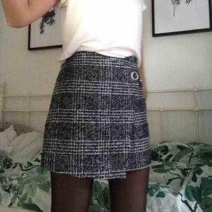 världens finaste kjol med prislapp kvar, orginalpris är 199 och jag säljer för 100. Frakt ingår men kan även mötas upp i stockholm <3