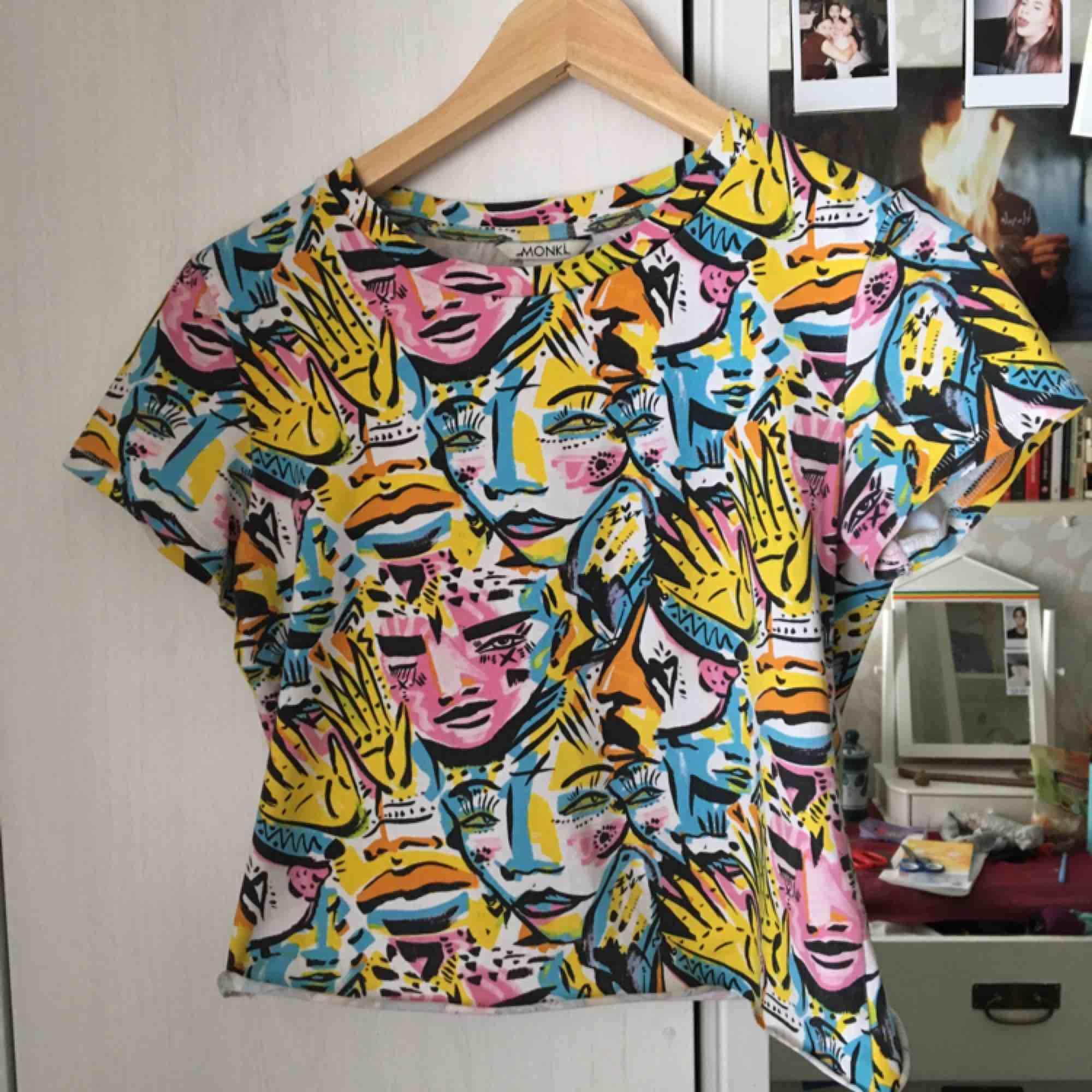 T-shirt som var föredetta klänning som jag klippte upp. Därför är kanten inte sydd nertill. Storleken är väldigt stor så passar M också. T-shirts.
