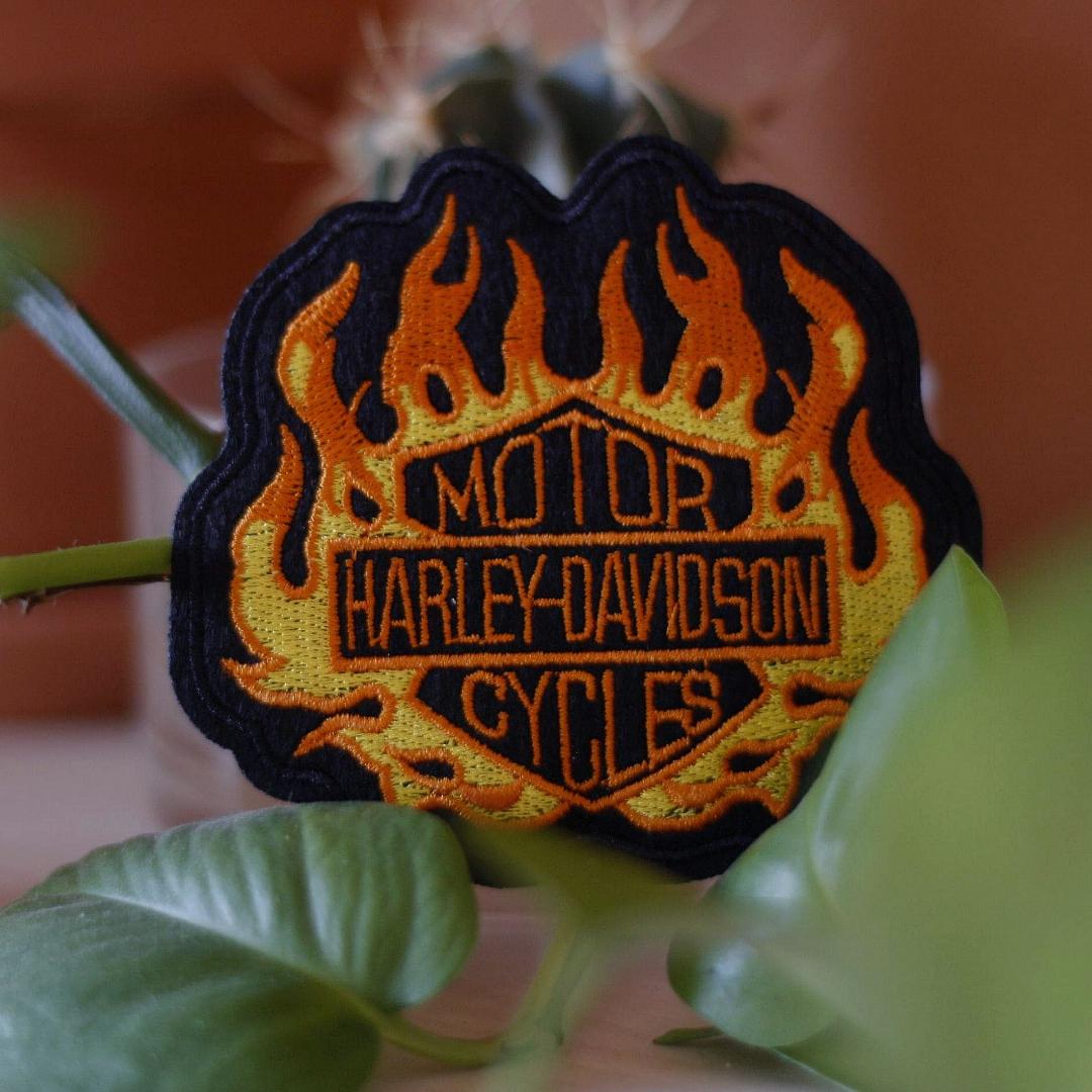 Snyggt tygmärke med Harley-Davidson motiv. Går att stryka eller sy på kläder. 35kr inkl frakt! KOLLA gärna mina övriga annonser, blir rabatt på MINST 15kr vid köp av 3 eller fler! OCH ALLTID fri frakt💣💣💣. Accessoarer.