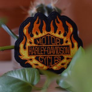 Snyggt tygmärke med Harley-Davidson motiv. Går att stryka eller sy på kläder. 35kr inkl frakt! KOLLA gärna mina övriga annonser, blir rabatt på MINST 15kr vid köp av 3 eller fler! OCH ALLTID fri frakt💣💣💣
