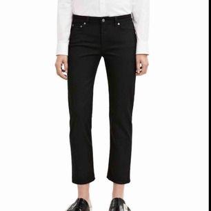 Fina jeans med kortare passform från Acne!  Några år på nacken men fortfarande i bra skick. Jag är 162 cm och de slutar inte riktigt så högt på mig som på modellen på den första bilden. Möts gärna upp i Stockholm eller skickar med posten!