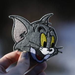 TOM från Tom & Jerry. Ett tygmärke som skriker nostalgi?😏  39 kr inkl frakt. (Har fler tygmärke med liknande motiv!)