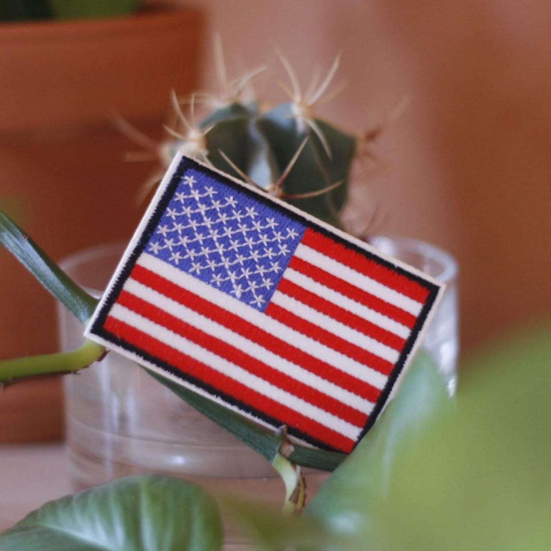 Tygmärke med USAs flagga! 35kr inkl frakt. Går att stryka eller sy på allt tyg. Övrigt.