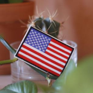 Tygmärke med USAs flagga! 35kr inkl frakt. Går att stryka eller sy på allt tyg