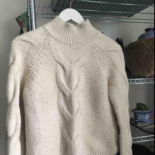 Stickad tröja från Bikbok. Väldigt mjuk. Knappt använd. Krämvit färg skulle jag säga