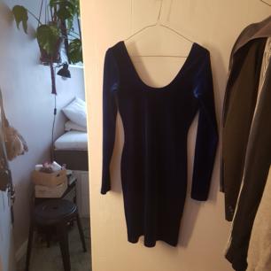 Fodralklänning med djur urringning i rygg. Endast använd 1 gång. Från American Apparel. Mörkblå velour. Möts i Stockholm eller skickar, köparen står för frakt.