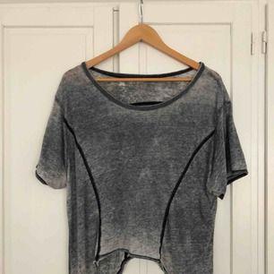 Oversize så passar många storlekar! Sååå skön tröja från volcom, jättetunt material. Därför lär frakten bli billig typ 20kr eller så kan jag mötas upp i gamla stan 🌟