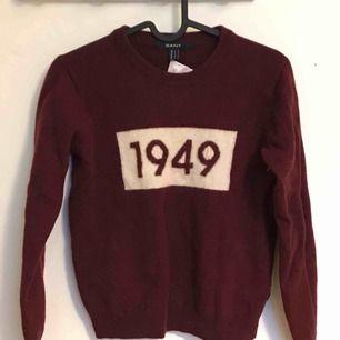 Vinröd, stickad tröja från gant. Säljer då jag sällan använder den Frakt ingår