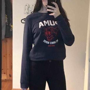 Fin, mörkblå sweatshirt med tryck från puma. Säljer tröjan då den sällan används, i nytt skick.  Frakt ingår i priser
